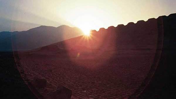Sonnenaufgang zwischen Turm 1 und dem Cerro Mucho Malo zur Sommersonnenwende 2003, gesehen vom westlichen Beobachtungspunkt. Die Position des Sonnenaufgangs hat sich seit dem Jahr 300 v.Chr. um etwa 0,3° nach rechts verschoben. Foto: © I. Ghezzi
