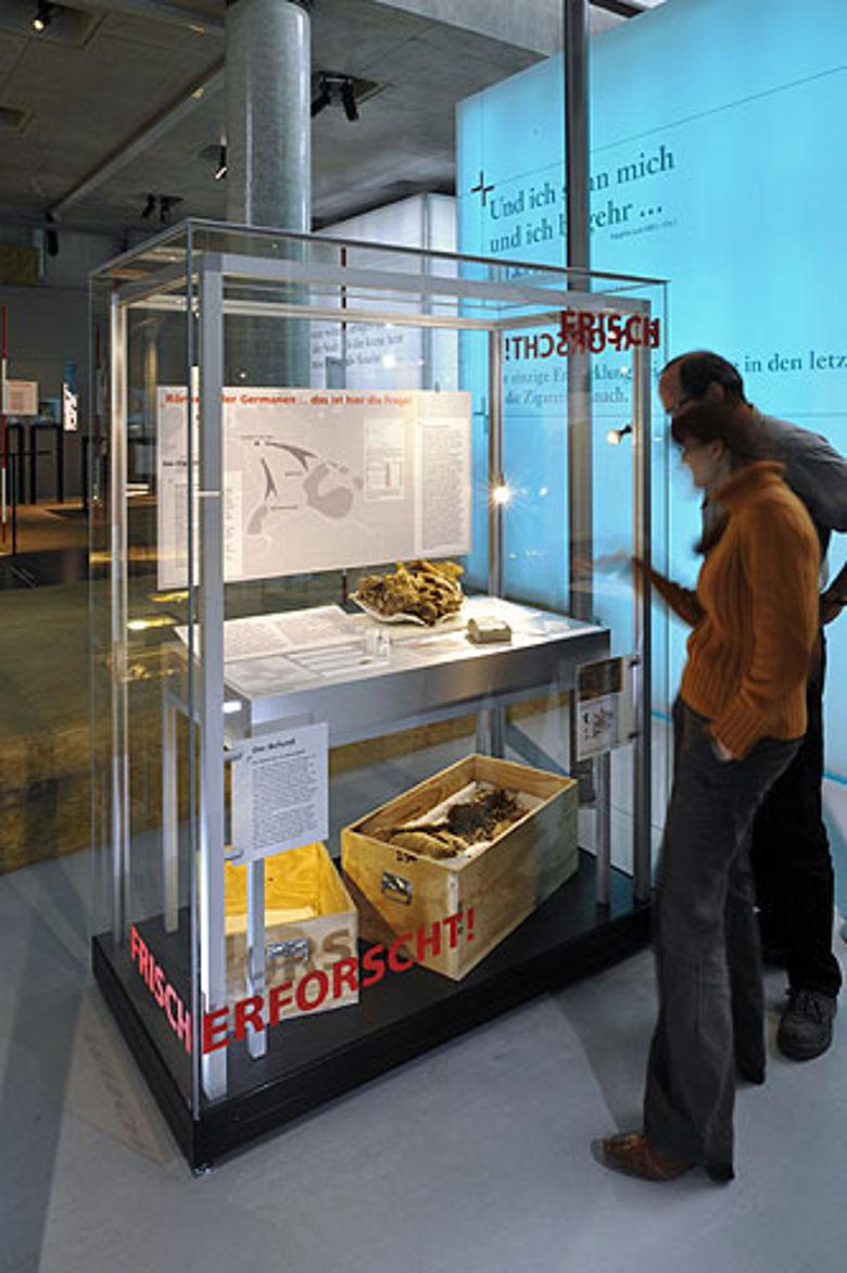 """Die Vitrine """"Frisch erforscht!"""" präsentiert aktuelle Forschungsergebnisse aus der westfälischen Archäologie. (Foto: LWL/Stefan Kuhn)"""