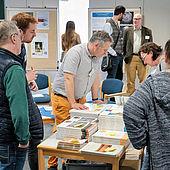 Bücherstand (Foto: EAO, Valerie Braun/Alexander Elsässer)