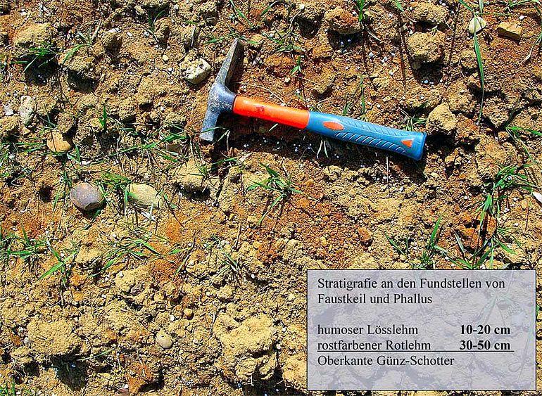 Abb. 5| Ackerbefund auf dem Lehberg. Am flachen Hang streicht die Rotlehmschicht zusammen mit stark angewitterten, »verrosteten« Flussschottern mit einer Mächtigkeit von etwa 0,5 Meter aus (Foto: A. Binsteiner)