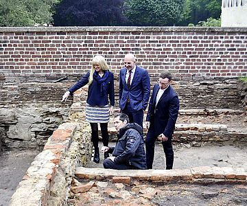 Ließen sich von Wolfram Essling-Wintzer (u.) über die Ausgrabungen auf Burg Hülshoff informieren: Dr. Barbara Rüschoff-Parzinger, Dr. Georg Lunemann und Dr. Jörg Albrecht