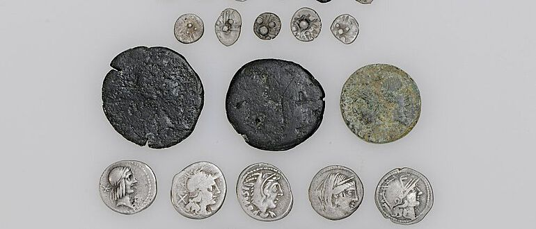 Die 23 Silber- und Bronzemünzen aus keltischer und römischer Zeit sind über 2000 Jahre alt