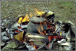 Das Schmelzgefäß im Holzfeuer