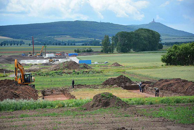 Grabungsarbeiten, im Hintergrund das Kyffhäusermassiv
