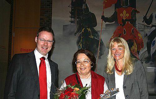"""LWL-Kulturdezernentin Dr. Barbara Rüschoff-Thale (r.) und Museumsleiter Dr. Josef Mühlenbrock (l.) begrüßten die 50.000 Besucherin der Ausstellung """"Aufruhr 1225!"""" ."""
