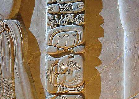 Maya-Relief in einem Tempel in Palenque im mexikanischen Bundesstaat Chiapas