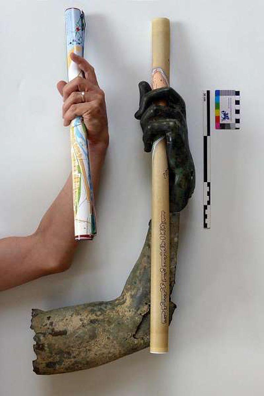 Bruch an Bruch passen drei Fragmente des Armes zusammen