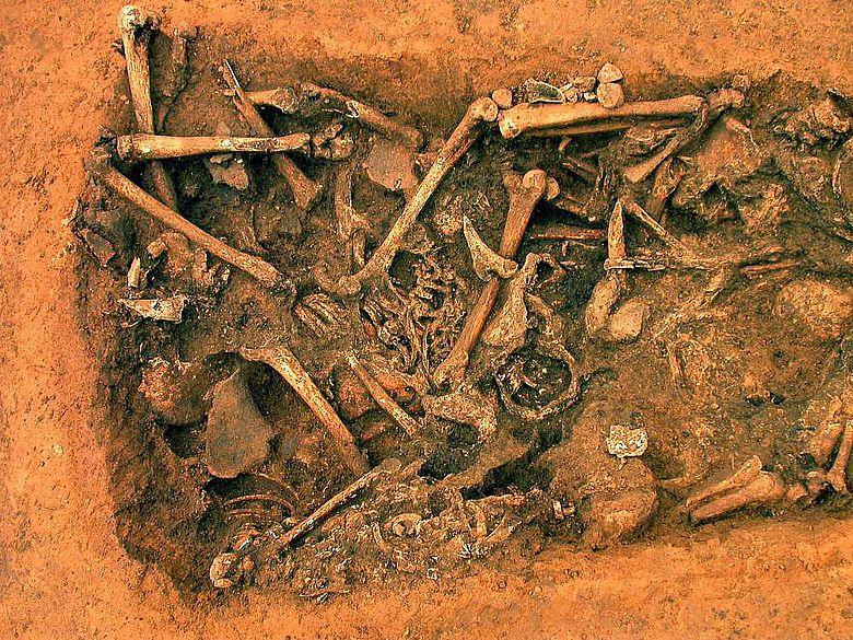 Grabenabschnitt mit Skeletten