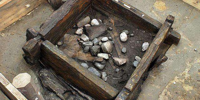 Der 7000 Jahre alte Brunnen von Altscherbitz bei Leipzig während der Ausgrabung. (Quelle: Sächsisches Landesamt für Archäologie, Dresden)