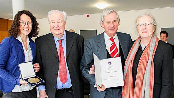 Wissenschafts- und Kunstministerin Angela Dorn überreicht Prof. Dr. Otto-Herman Frey die Goethe-Plakette
