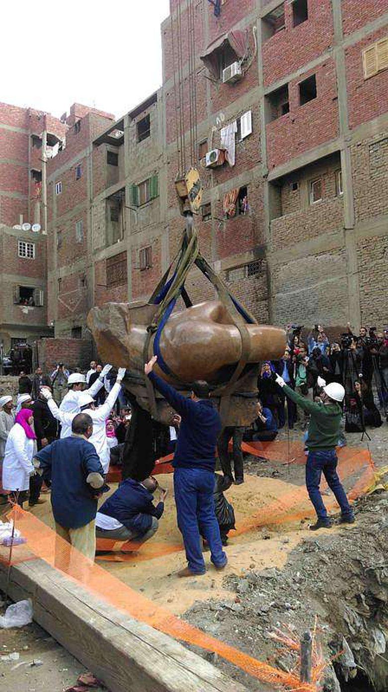 Der Torso der Statue wird geborgen