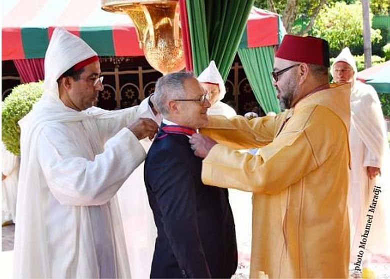 Verleihung des Wissam Al Kafaa Al Fikria-Orden an Jean-Jacques Hublin (m.) durch König Mohamed VI von Marokko (r.)