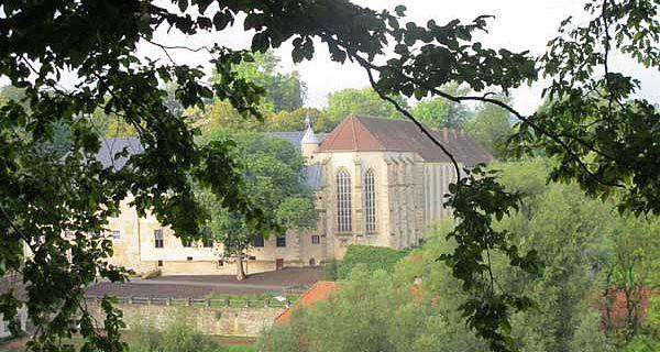 Die Dalheimer Klosteranlage im Jahr 2010 mit der spätgotischen Klosterkirche. (Foto: LWL/Maria Tillmann)