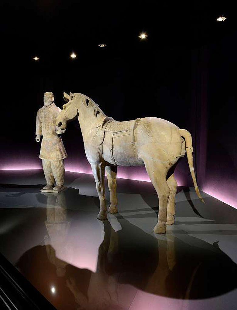 Blick auf den Kavalleristen und das gesattelte Pferd (© Bernisches Historisches Museum, Bern. Foto Christine Moor)