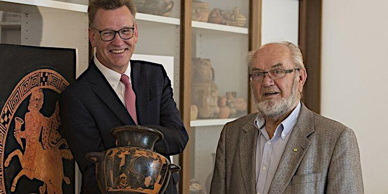 Rektor Prof. Dr. Johannes Wessels (l.) dankte dem Sammler Dr. Dietmar Jordan für die großzügige Stiftung