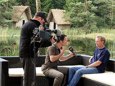 Freilichtstudio mit Expertengespräch, Wulf Hein. Im Hintergrund der Pfahlbauset (Foto: Autor)