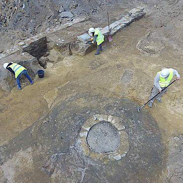 Mauerzüge, Backsteinpflaster, Trümmerschichten und Vorratsgruben aus dem 13. bis 18. Jahrhundert an der Hammer Widumstraße