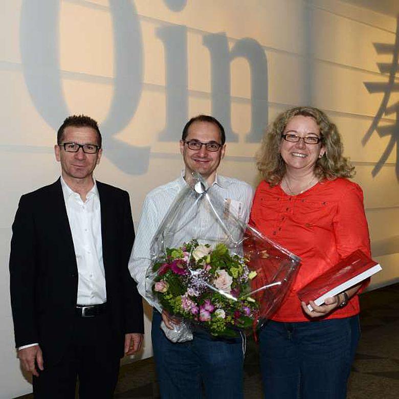 Museumsdirektor Jakob Messerli mit dem 100.000. Besucher Marco Schönenberger und dessen Frau. (© Bernisches Historisches Museum, Bern. Foto Christine Moor)