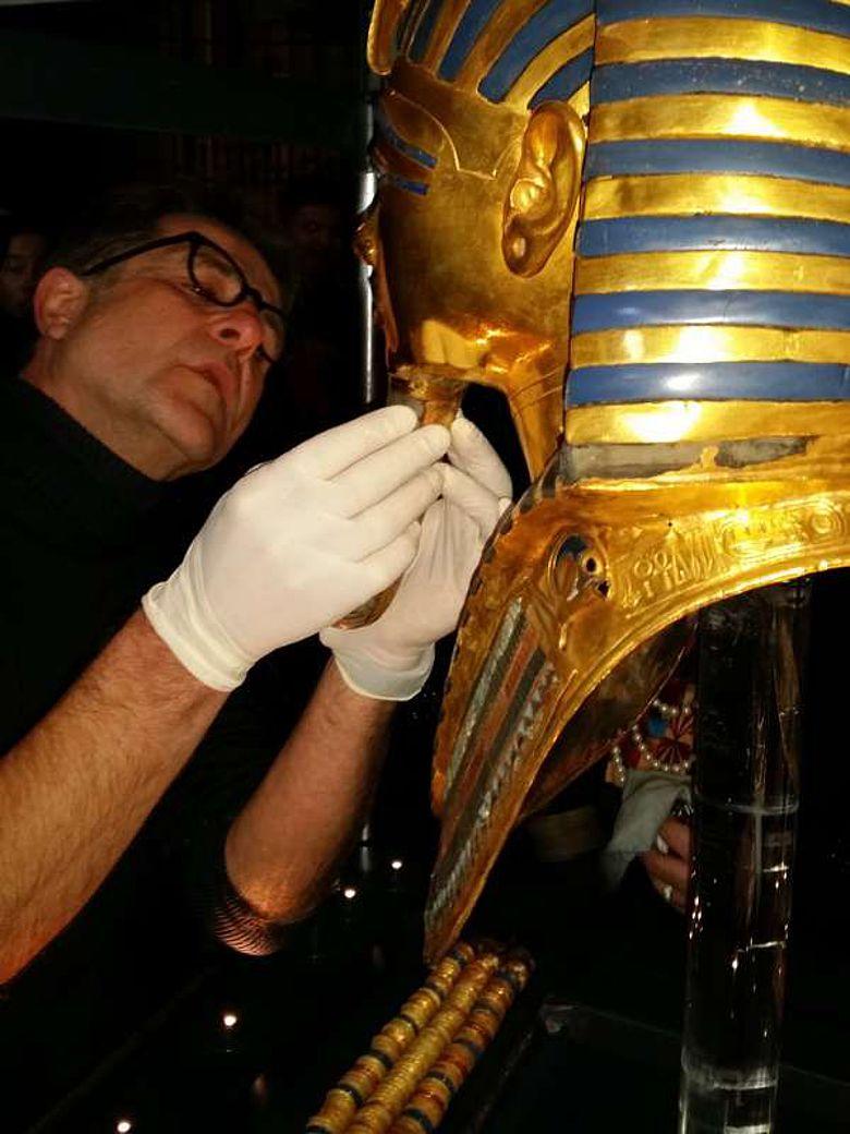 Restaurator Christian Eckmann begutachtet den Schaden