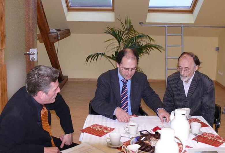 Münzübergabe: Finder James Ward (links) und Numismatiker Dr. Peter Ilisch (rechts) übergaben den Fund an Museumsleiter Martin Beutelspacher (Foto: Rolf Plöger, Mindener Museum)