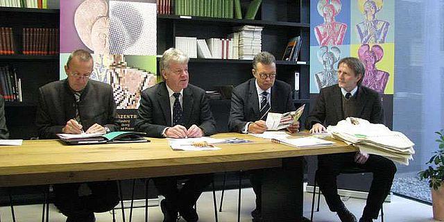 Auf der Pressekonferenz (v. l.): Landrat J. Arnold, Landesarchäologe Prof. Dr. E. Schallmayer, G. Sedlak, Vorsitzender des Förderverein Keltenwelt am Glauberg e. V. und B.-U. Domes, Geschäftsführer der WAGG (Foto: LDA Hessen)