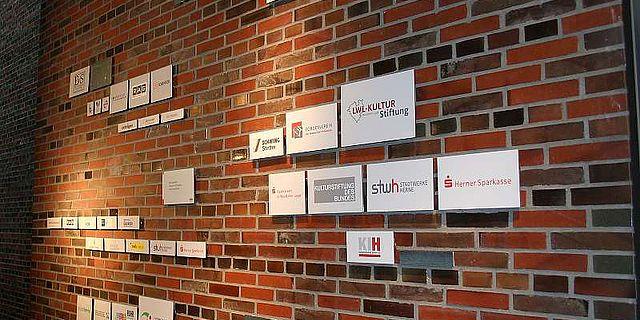 Die neue Sponsorenwand im LWL-Museum für Archäologie in Herne