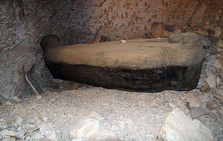 Unberührtes Grab in KV 64: Hölzerner Sarkophag, der die Mumie einer Frau namens Nehemes-Bastet enthält (Bild: Universität Basel)