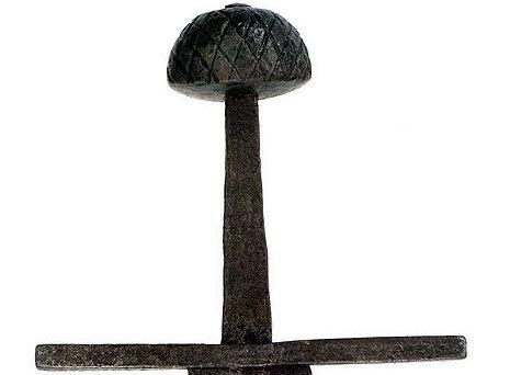 Abb. 10| Halbmondknauf mit konvexer Basislinie und Ritzverzierungen an einem Schwert des 11./12. Jahrhunderts. (Abb. mit freundlicher Wiedergabe von P. Finer Antiques, www.peterfiner.com)