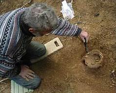 Helfholz: Freilegung eines ungestörten Grabes