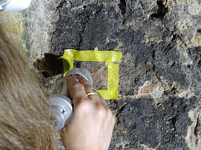 Um die schwarze Gipskruste von Putz- und Sandsteinoberflächen zu entfernen, wurden Laserstrahlen getestet