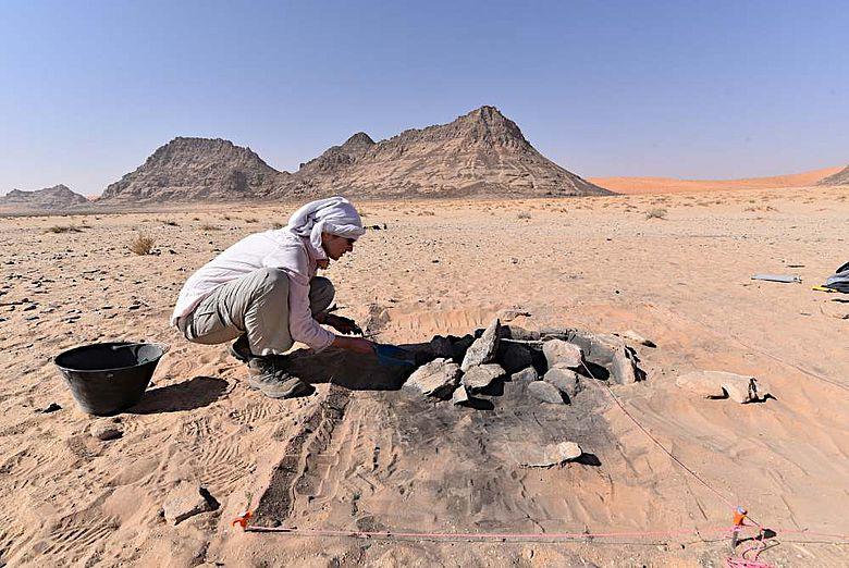 Ausgrabung einer Feuerstelle bei Jebel Oraf
