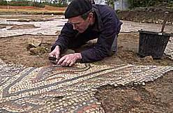 Freilegung des Mosaikbereiches mit der Delphinabbildung. (Foto: Somerset County Council und English Heritage)