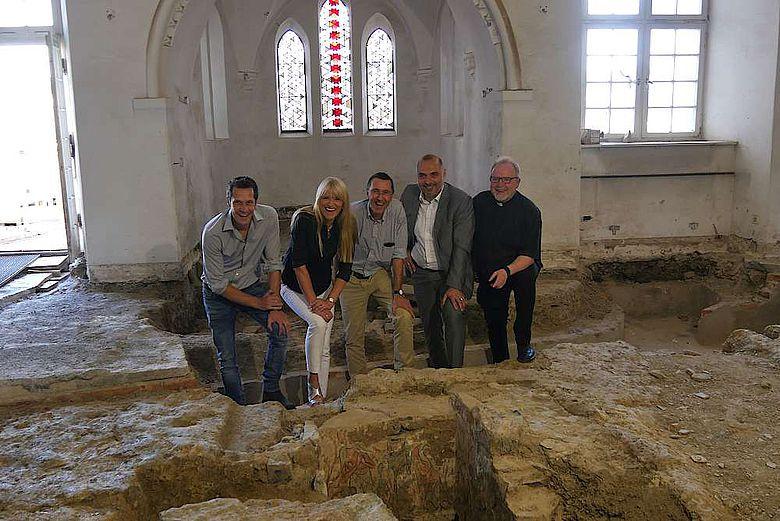 Freuen sich über die Entdeckung der bunt bemalten Grabkammer