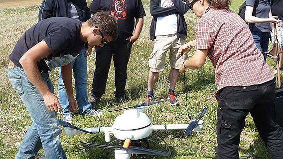Geoinformatiker und Geoarchäologen der Universität Trier erkundeten das künftige Ausgrabungsareal unter anderem mit Hilfe einer ferngesteuerten Flug-Drohne (Foto: Uni Trier)