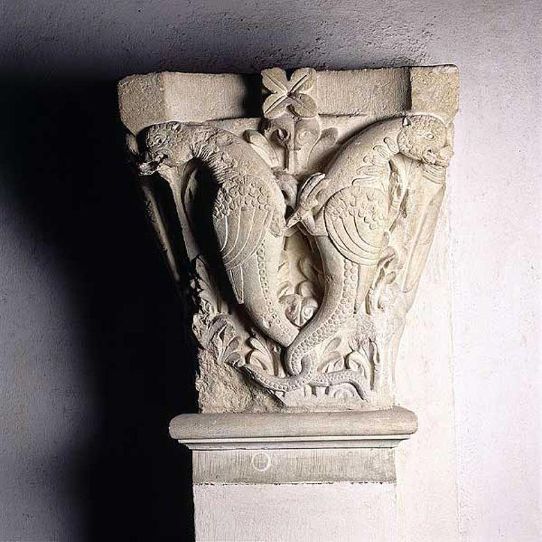 Pilasterkapitell mit zwei Paaren von Monstern aus der Basilika Cluny III, 12. Jahrhundert. (Foto: Musée d'Art et d'Archéologie, Cluny)