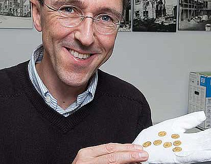LWL-Chefarchäologe Prof. Dr. Michael M. Rind freut sich über einen besonderen Fund in Westfalen. (Foto: LWL/S. Brentführer)