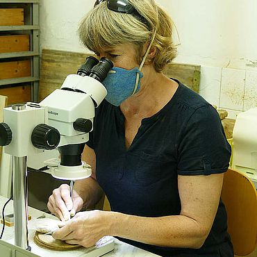 Restauratorin Ulrike Lehnert (RGZM) bei der Bearbeitung bronzener Kleinfunde aus Morgantina