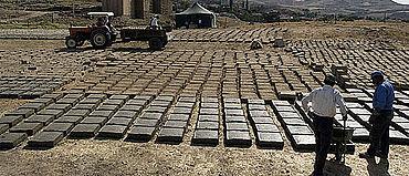 64000 Lehmziegel mussten für die Rekonstruktion produziert werden. Sie bestehen nur aus Lehm, Stroh (als Magerung) und Wasser. Auf künstliche Konservierungsmittel wurde verzichtet, um das Verhalten des Mauerwerks in Wind und Wetter in den kommenden Jahren beobachten zu können. (Photo: DAI)
