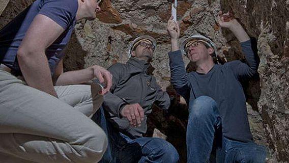 Sascha Schober (LBB) und Mario Adams (GDKE) diskutieren vor Ort mit Georg Breitner