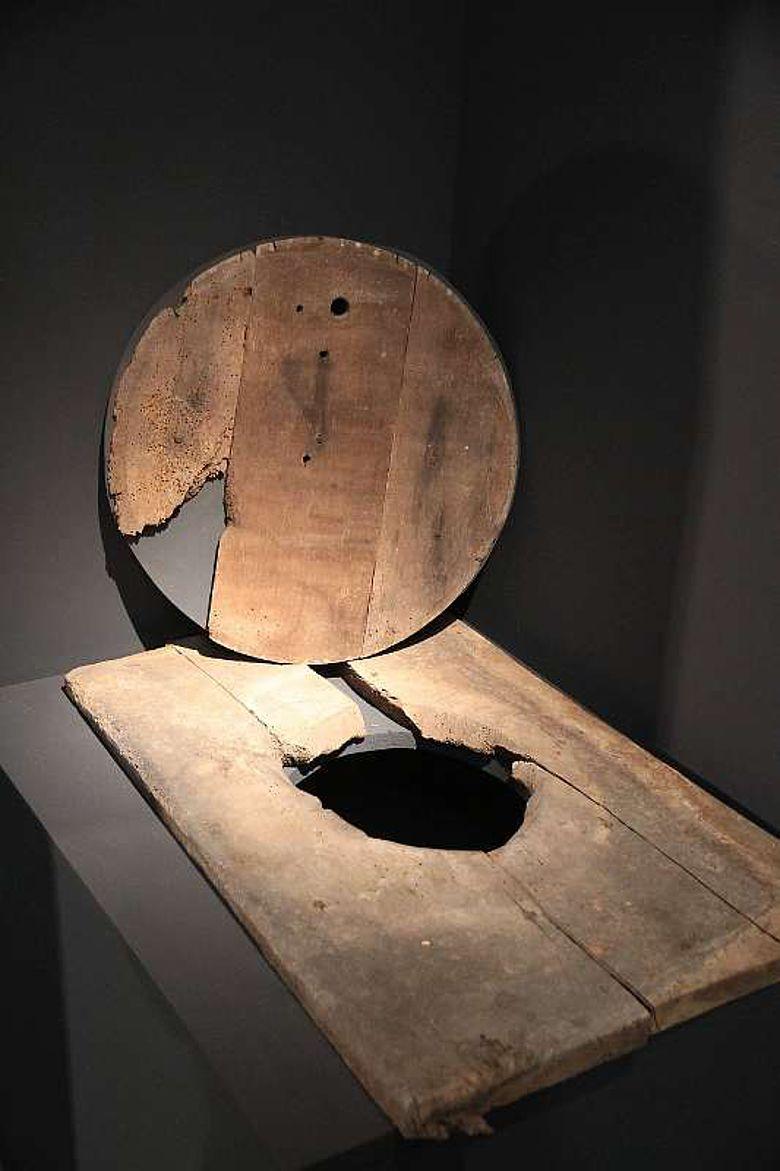 Teil einer Toilettenanlage aus dem 12. Jahrhundert, die in der Archäologie-Ausstellung im Museum Burg Linn zurzeit zu sehen ist. (Foto: Stadt Krefeld, Presse und Kommunikation)