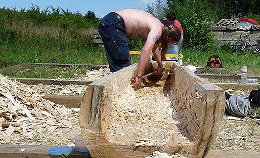 Arbeit am Einbaum (Foto: Johannes Steinkühler)