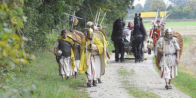 Zwei Wochen lang 200 Kilometer zu Fuß entlang der alten Via Claudia zu marschieren war Teil des Projektes (Foto: Fred Schöllhorn)