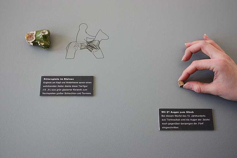 Diese Spiele-Utensilien aus dem 13. Jahrhundert sind neben weiteren Funden im Museum in der Kaiserpfalz zu sehen. (Foto: LWL)