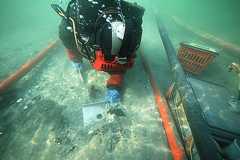 Taucher bei der Arbeit (Foto zvg. Archäologischer Dienst des Kantons Bern)