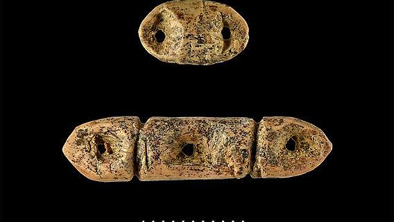 Mehrfach durchlochte altsteinzeitliche Perlen
