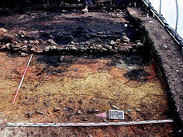 Brandschutt vor der Mauerfront in Schnitt 9 auf der Schnippenburg. (Foto: S. Möllers, Stadt- und Kreisarchäologie Osnabrück)