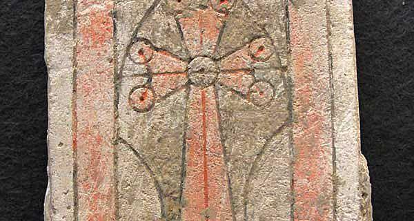 Stuckplatte mit Kreuz aus al-Hira, Süd-Irak