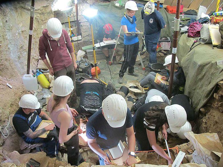 Einblick in die enge Grabung auf dem Vorplatz der Blätterhöhle