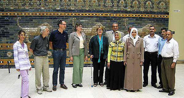 Irakische und deutsche Wissenschaftler im Vorderasiatischen Museum in Berlin. (Foto: DAI Orient-Abteilung)