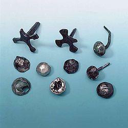 Ziernägel, überwiegend aus Eisen, z.T. mit Silberauflage. Links oben: Kreuznägel von Pila (Foto: Christian Grovermann für Varusschlacht im Osnabrücker Land, Museum und Park Kalkriese)